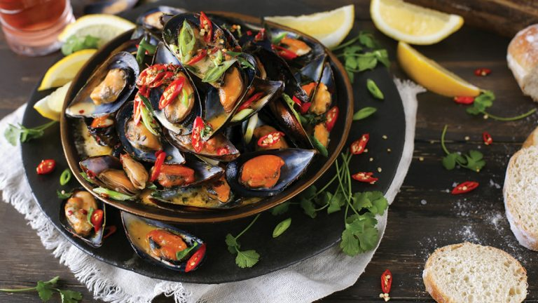 MUSSELS IN LEMON, GARLIC & A CREAMY WHITE WINE SAUCE